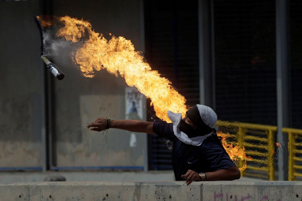 متظاهر يرمي زجاجة كوكتيل مولوتوف خلال احتجاجات ضد رئيس هندوراس خوان أورلاندو هيرنانديز، خارج جامعة هندوراس الوطنية في تيغوسيغالبا، هندوراس 28 يناير/ كانون الثاني 2019