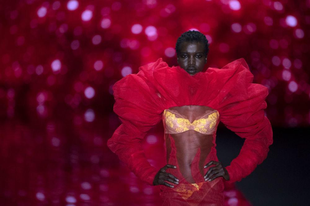 عارضة أزياء تقدم زيا من تصميم المصمم الإسباني أنرديس ساردا، خلال عرض مجموعة أزياء خريف/ شتاء 2019، في إطار أسبوع الموضة مرسيدس-بينز في مدريد، إسبانيا 26 يناير/ كانون الثاني 2019