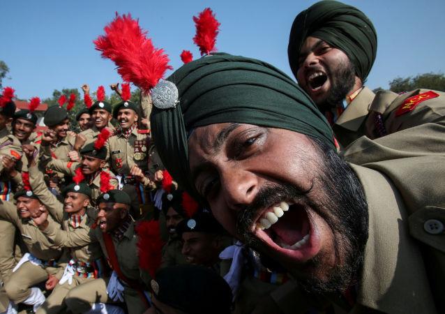 يحتفل أعضاء  فرقة كاديت كورس الوطنية بعد حصولها على المركز الثاني في مسابقة العرض العسكري خلال الاحتفالات بيوم الجمهورية في شانديغار، الهند، 26 يناير/ كانون الثاني 2019