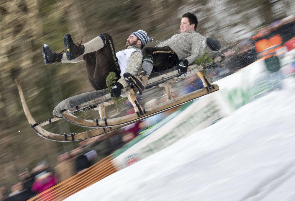 مهرجان ركوب الزلاجات التقليدية (شنابلر) من الجبل في خايساخ في جنوب ألمانيا 27 يناير/ كانون الثاني 2019