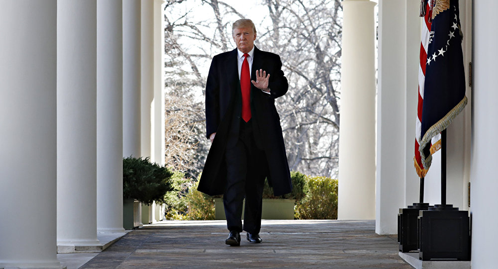 الرئيس دونالد ترامب يسير في البيت الأبيض، واشنطن، الولايات المتحدة 25 يناير/ كانون الثاني 2019