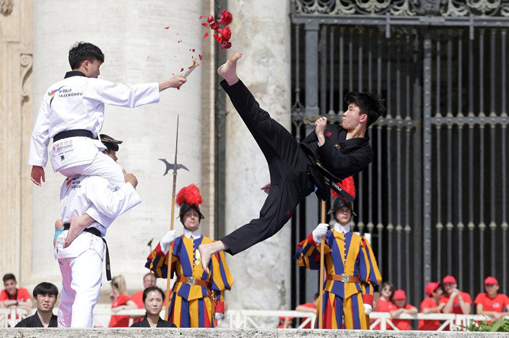 رياضيون كوريون من التايكواندو يؤدون عرضا أمام البابا فرانسيس خلال خطاب الأربعاء العام في ساحة القديس بطرس في الفاتيكان، 30 مايو/ أيار 2018