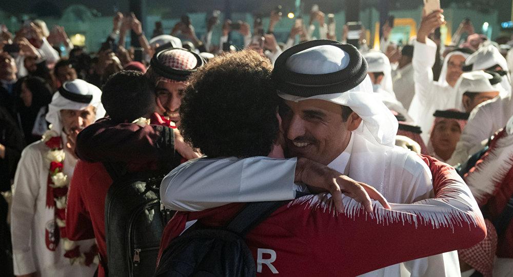 الأمير تميم سعيد بفوز منتخب قطر بكأس آسيا