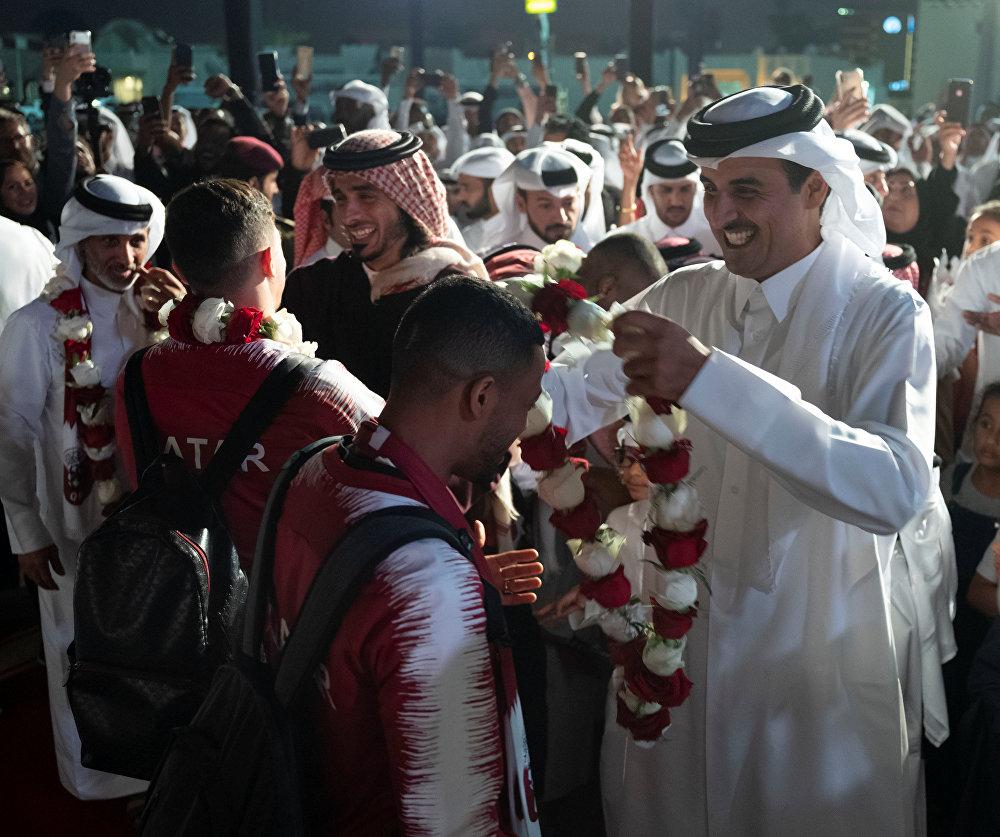 أمير قطر احتفالا بمنتخب بلاده لفوز بكأس آسيا