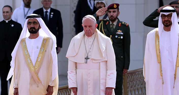 بابا الفاتيكان فرانسيس الأول يتوسط ولي عهد أبو ظبي محمد بن زايد وحاكم دبي محمد بن راشد