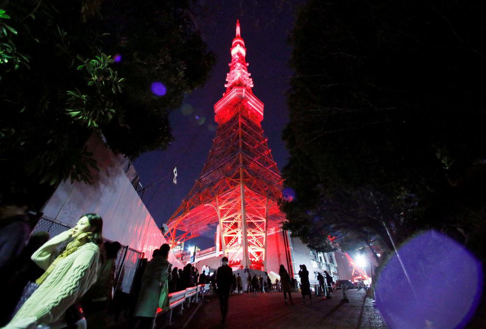إضاءة برج طوكيو للإذاعة والتلفزيون بمناسبة الاحتفال برأس السنة القمرية الصينية الجديدة في اليابان، 4 فبراير/ شباط 2019