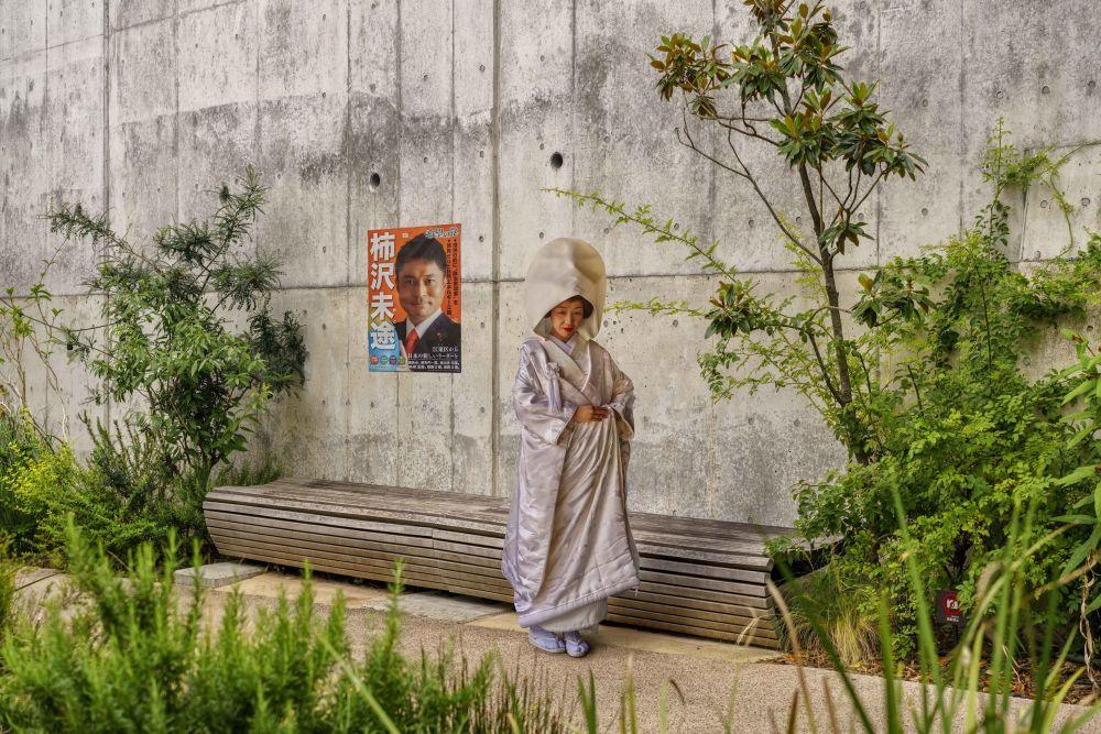 صورة امرأة ترتدي فستان زفاف، للمصور نيكولاس بواير من فرنسا، في فئة السفر