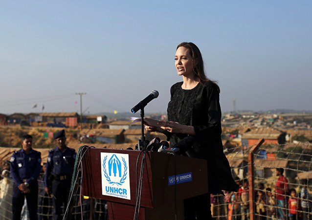 الممثلة الأمريكية أنجلينا جولي تشارك في مؤتمر صحفي أثناء زيارتها لمخيم كوتوبالونغ للاجئي الروهينغيا في كوكس بازار، 5 فبراير/شباط 2019