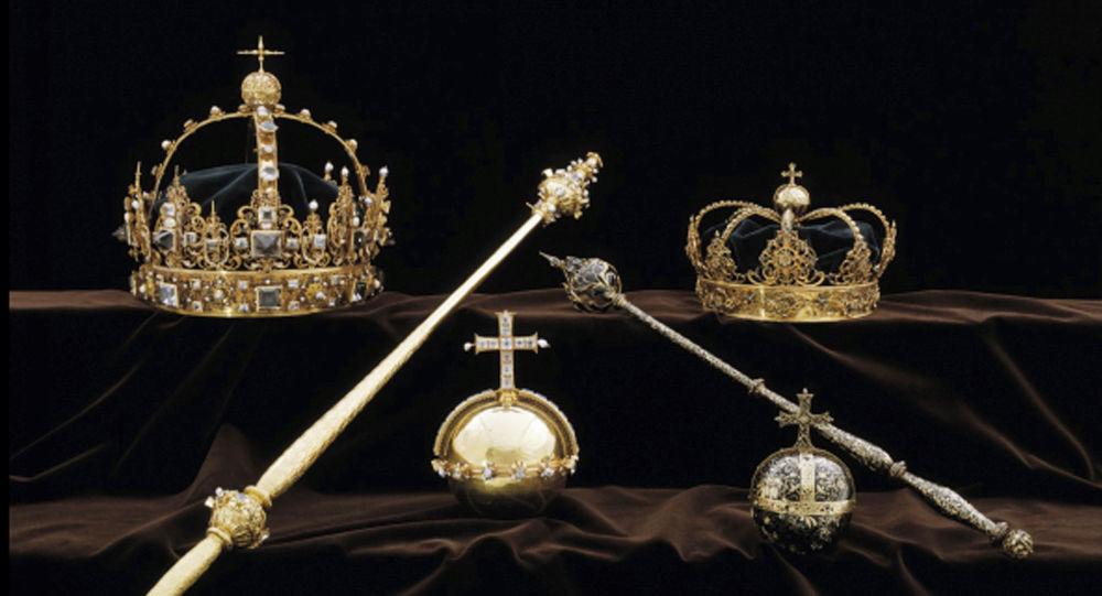 تاجان وكرة ذهبية ملكية تعود إلى عائلات ملكية سويدية حكمت في القرن السابع عشر
