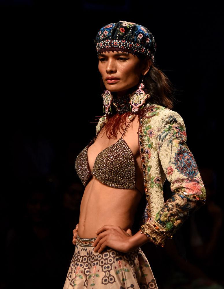 عارضة أزياء تقدم مجموعة أزياء منتجع الصيف 2019، من تصميم (Rajdeep Ranawat) في إطار أسبوع الموضة في مومباي، الهند 1 فبراير/ شباط 2019