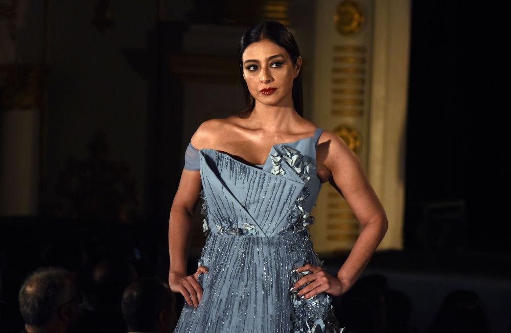 عارضة أزياء تقدم مجموعة أزياء منتجع الصيف 2019، من تصميم (Gaurav Gupta) في إطار أسبوع الموضة في مومباي، الهند 29 يناير/ كانون الثاني 2019