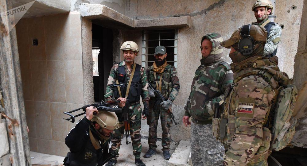 تدريبات لعسكريين سوريين ووحدات الدفاع االوطني السوري، تحت إشراف خبراء عسكريين روس، في محافظة حماة، سوريا