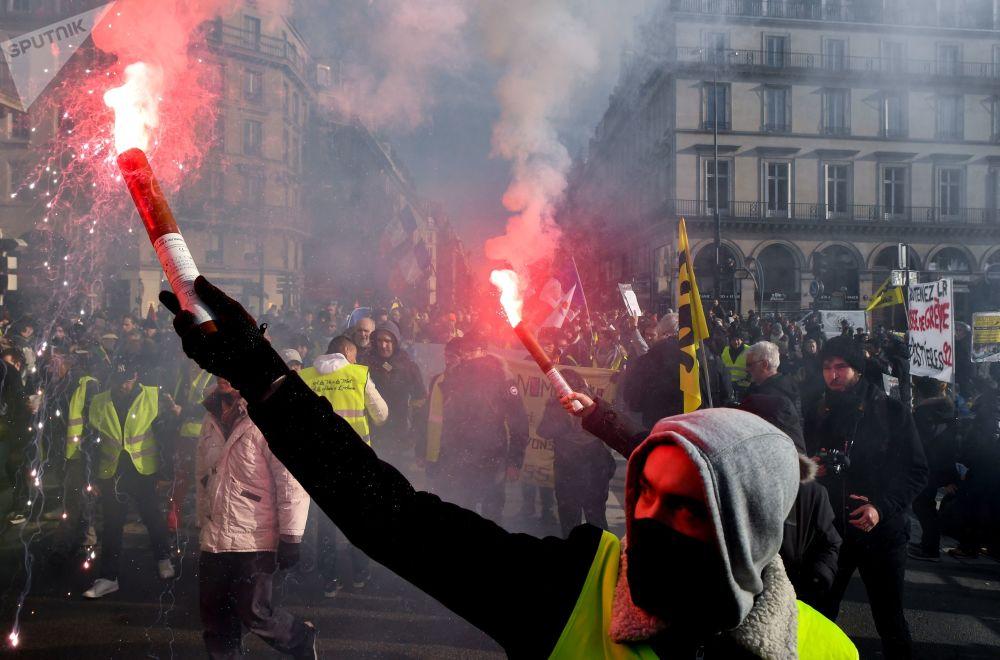 استمرار مظاهرات السترات الصفراء واحتجاجات النقابة العمالية الفرنسية في شوارع باريس، فرنسا