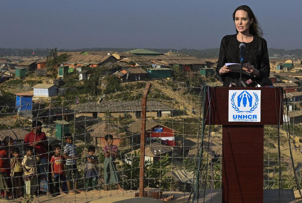 الممثلة أنجلينا جولي، المبعوثة الخاصة لمفوضية الأمم المتحدة لشؤون اللاجئين، تلقي كلمتها أمام الحضور لدى وصولها بنغلاديش، 5 فبراير/ شباط 2019