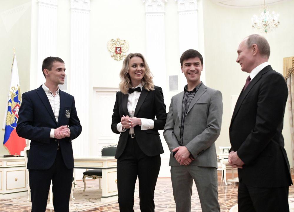الرئيس فلاديمير بوتين خلال لقائه مع الفائزين بالجائزة الوطنية نيمالي بيزنيس-2019 (البيزنيس غير الصغير-2019). وهي مسابقة مفتوحة لرجال الأعمال من الشركات الصغيرة والمتوسطة في روسيا دون سن الـ 40 عاما.