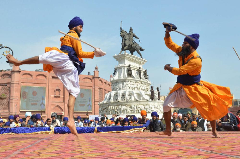 المشاركون الهنود من السيخ يؤدون غاتكا، وهو شكل قديم من أشكال فنون الدفاع السيخ (Sikh) ، خلال منافسة في أمريتسار في 2 فبراير/ شباط 2019