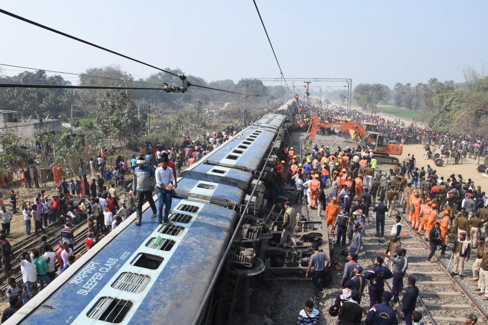 عناصر القوات الوطنية للرد على الكوارث وأفراد الشرطة يفقدون موقع الحدث، انحراف قطار عن مساره بالقرب من هاجيبور في ضواحي باتنا، الهند 3 فبراير/ شباط 2019