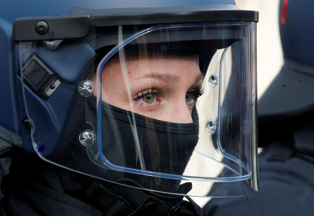 امرأة، عضو في شرطة وحدات الاعتقال وحفظ الأدلة التابعة للولاية الشمالية راين، خلال العرض الرسمي لأعضاء فريق الشرطة المدربين تدريبا خاصا المكونة من 46 عضوا في بوخوم، ألمانيا الغربية، 4 فبراير/ شباط 2019