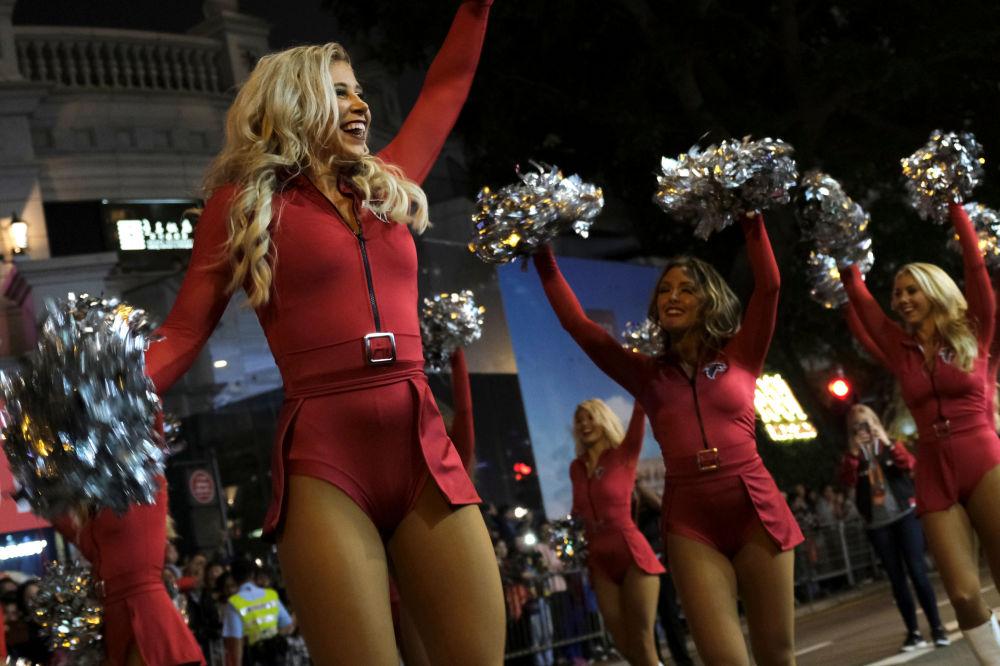 يشارك فنانون من أتلانتا فالكونز تشيرلييرز (Atlanta Falcons Cheerleaders) من الولايات المتحدة في عرض ليلي في السنة القمرية (الصينية) الجديدة في هونغ كونغ، الصين 5 فبراير/ شباط 2019