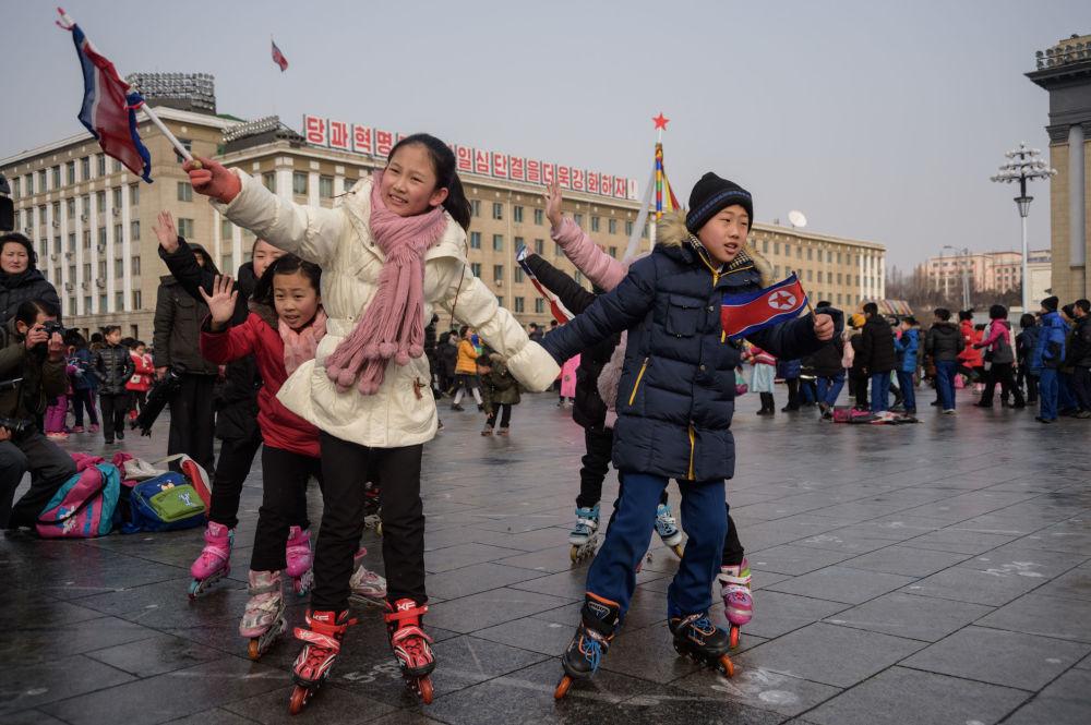 أطفال يشاركون في الألعاب التقليدية في ميدان كيم إل سانغ، خلال الاحتفالات برأس السنة الصينية الجديدة في بيونغ يانغ، كوريا الشمالية 5 فبراير/ شباط 2019