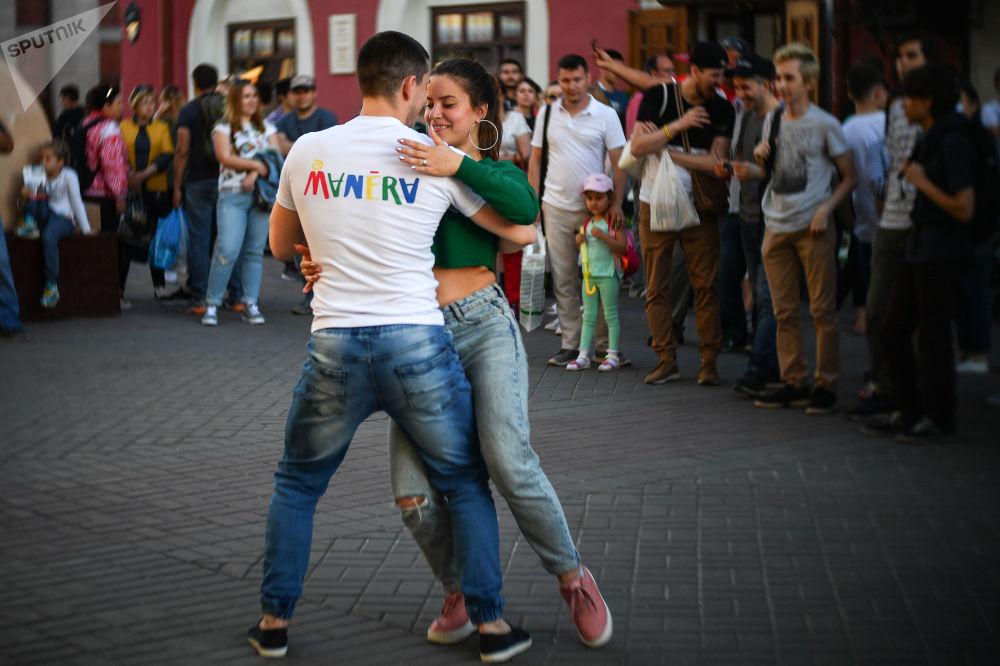 سائحان يرقصان في شارع باومان في قازان