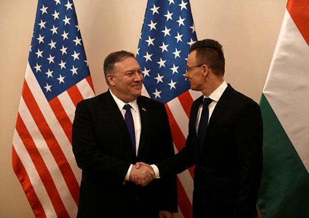 وزير الخارجية الأمريكي مايك بومبيو يصافح وزير الخارجية المجري بيتر سيارتو قبل جلسة عامة في بودابست