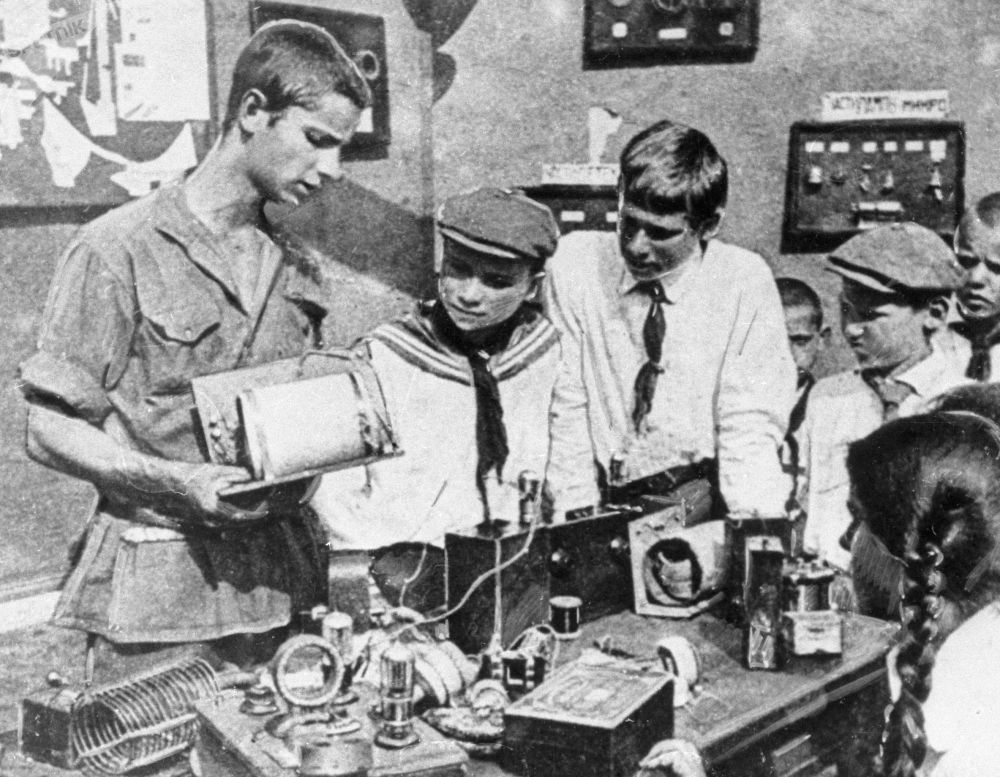 تلاميذ يدرسون جهاز الراديو