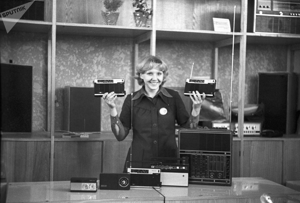 بائعة أجهزة الراديو في متجر مخزن الراديو