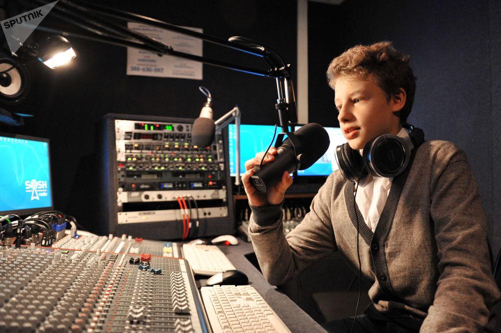 طالب مدرسة رقم 1020 لمدينة موسكو في استوديو تسجيل للبث الإذاعي