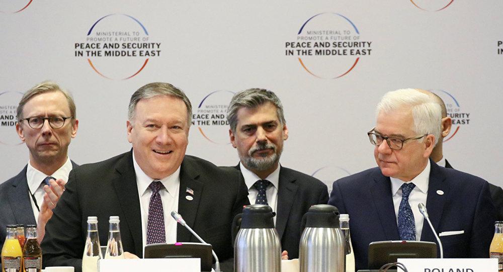 وزير الخارجية الأمريكي مايك بومبيو ونظيره البولندي  ياتسيك تشابوتوفيتش خلال افتتاح مؤتمر وارسو