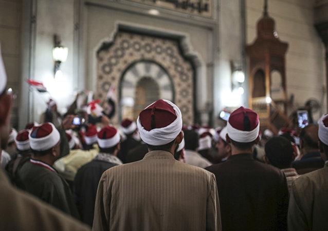 شيوخ داخل جامع الأزهر الشريف في القاهرة
