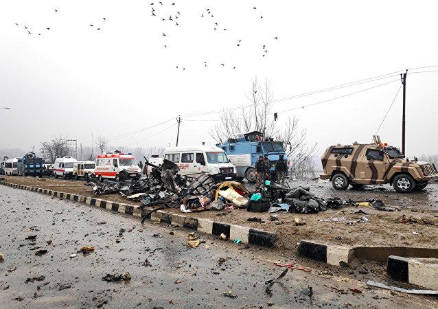جنود هنود يتفحصون الأنقاض بعد انفجار في ليثبورتا في منطقة بولواما جنوب كشمير