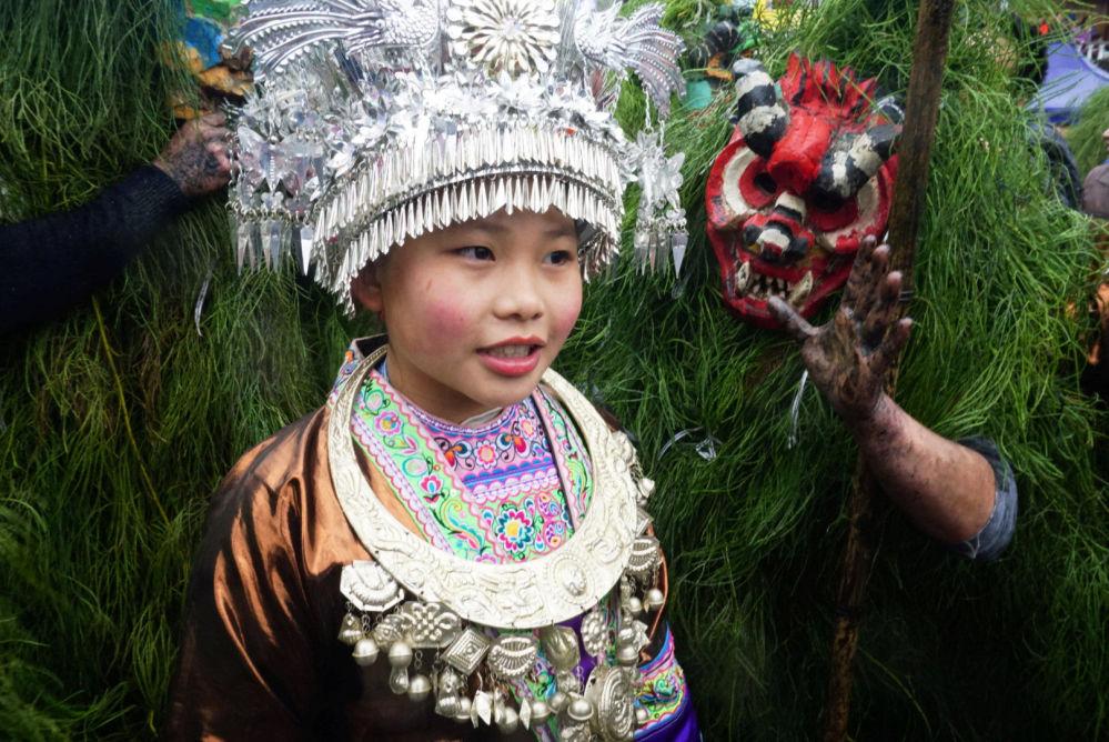 امراة من الشعب الأصلي مياو (Miao) ترتدي الزي الشعبي التقليدي مانغاو (Manghao)، خلال الاحتفالات بمهرجان مانغاو في محافظة رونغشوي مياو ذاتية الحكم، في منطقة غوانتشي ذاتية الحكم، الصين 13 فبراير/ شباط 2019
