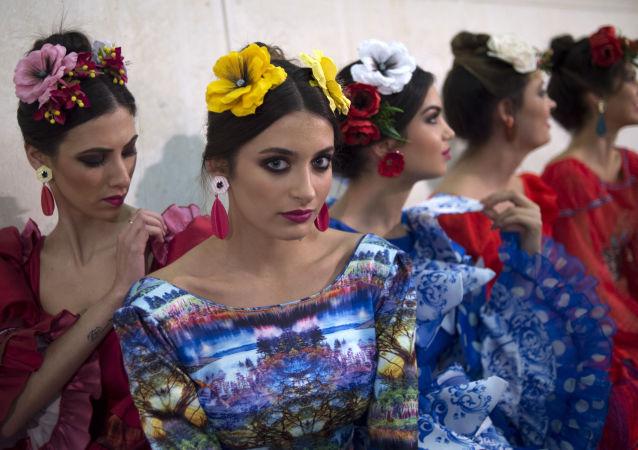 عارضات أزياء خلف كواليس عرض أزياء فلامنكو الدولي لعام 2019 في إشبيلية، إسبانيا 10 فبراير/ شباط 2019