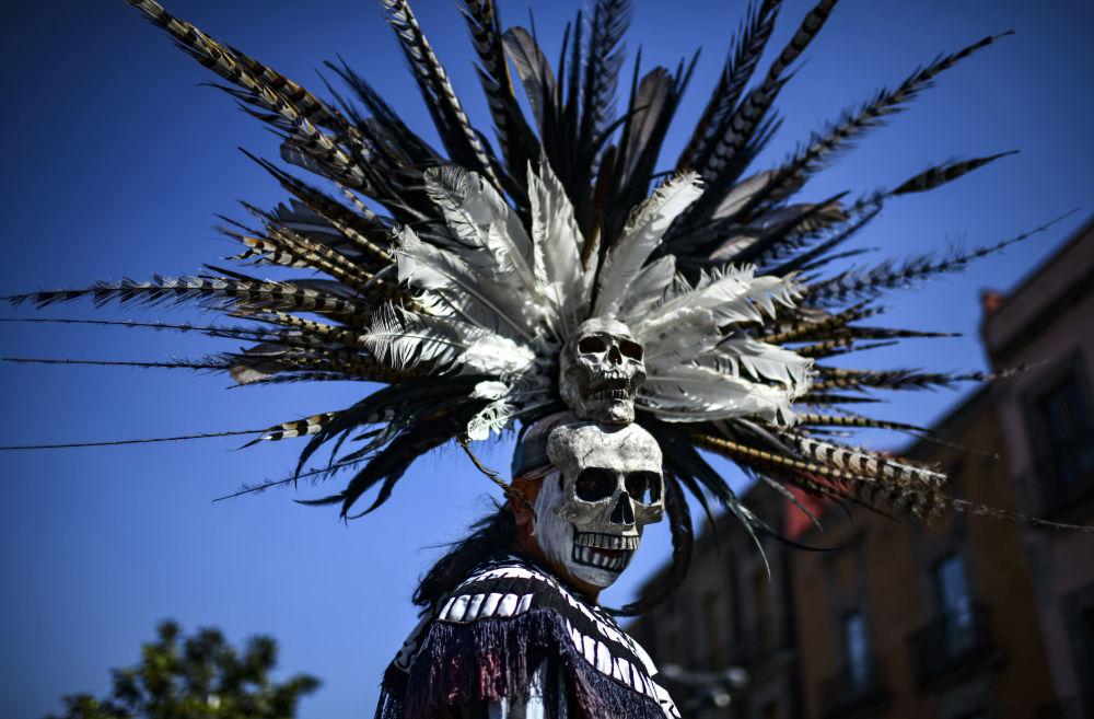 رجل مكسيكي من السكان الأصليين في حفل تنقية في ساحة زوكالو في مكسيكو سيتي، المكسيك 10 فبراير/ شباط 2019