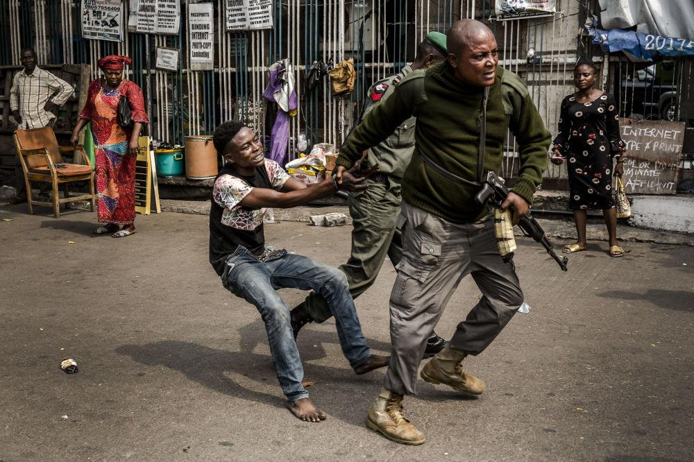 الشرطة تعتقل لصا مزعوما في ساحة تافاوا باليوا في لاغوس، حيث يعقد حزب المعارضة الشعبي الديموقراطي مظاهرة في 12 فبراير/شباط 2019 - سيدلي النيجيريون بأصواتهم في 16 فبراير/ شباط في الانتخابات الرئاسية والتشريعية.