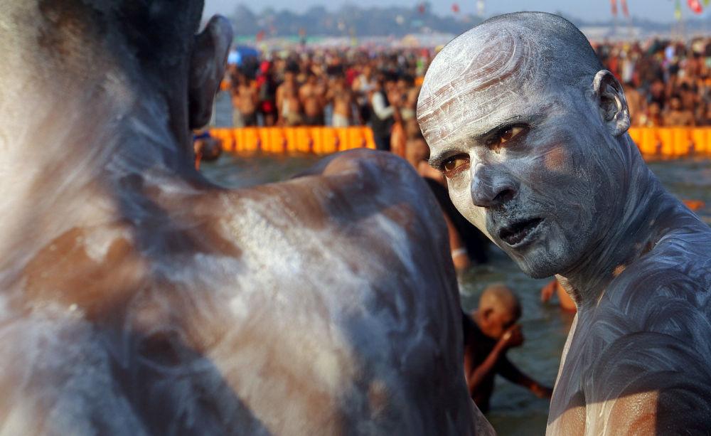 يقف ناغا سادهو، أو رجل مقدس هندوسي، بعد السباحة في شاهي سنان الثالث (حمام كبير) في كومبه ميلا أو مهرجان بيتشر، في براياغراج، المعروف سابقاً بـ الله آباد، الهند، 10 فبراير/ شباط 2019