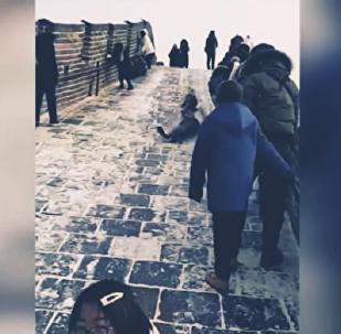 انزلاق السياح من على سور الصين العظيم