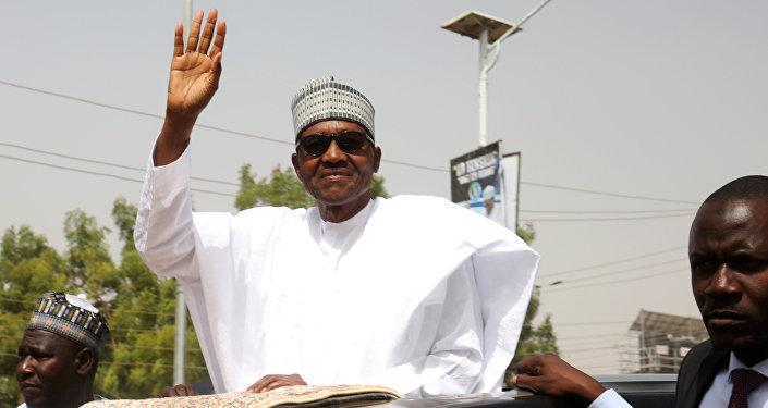 رئيس نيجيريا محمد بخاري يغادر بعد حضور صلاة الجمعة في مسقط رأسه دورو في ولاية كاتسينا