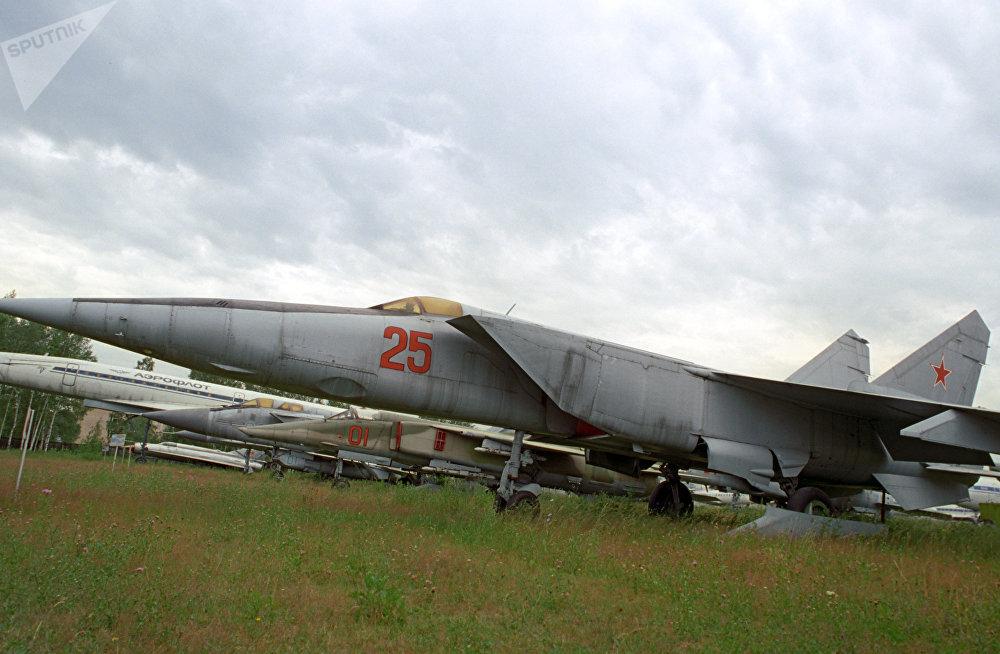 ميغ 25 السوفاتية في معرض الطائرات العسكرية