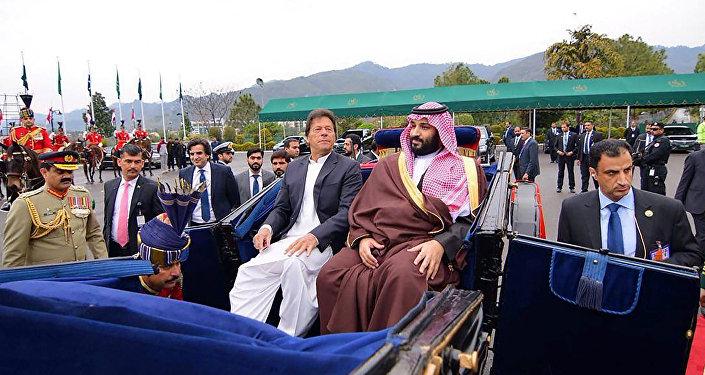 رئيس الوزراء الباكستاني عمران خان يرافق ولي العهد السعودي الأمير محمد بن سلمان إلى منزل الرئيس في إسلام أباد
