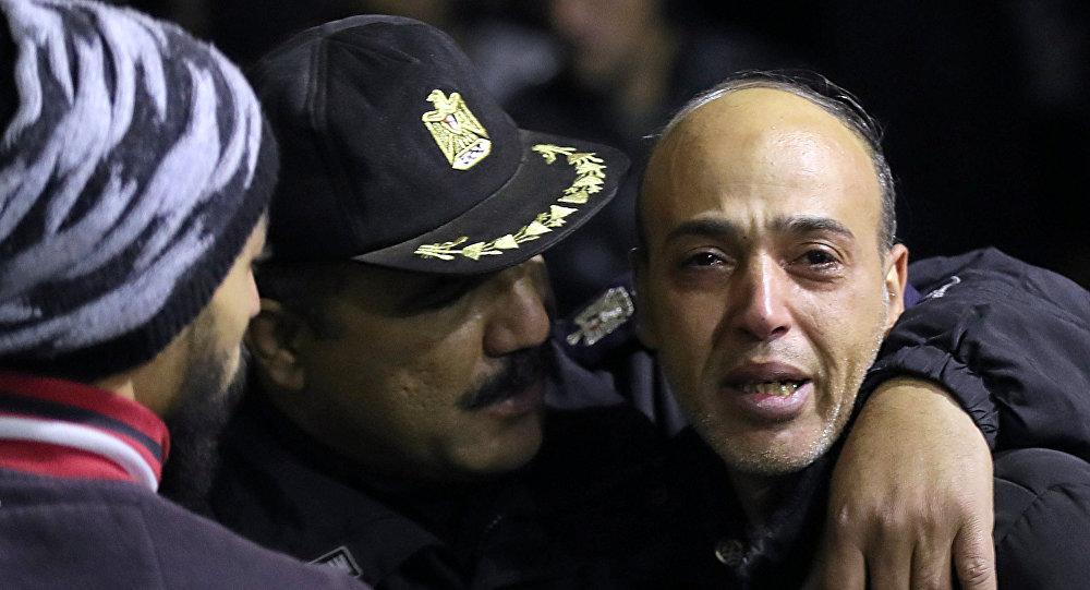 شرطي مصري يواسي مواطنا في موقع العملية الإرهابية في محيط الجامع الأزهر