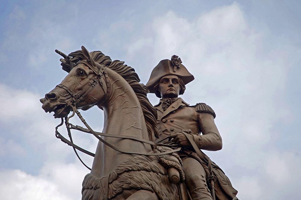 تمثال لجورج واشنطن على ظهر حصان خارج مبنى مبنى الكابيتول بولاية فرجينيا