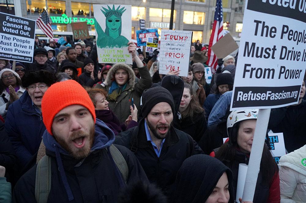 متظاهرون يحملون لافتات وهتافات خلال مظاهرة ضد الرئيس الأمريكي دونالد ترامب في يوم الرؤساء في ميدان يونيون