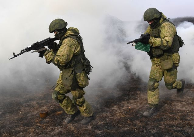 جنود من الفرقة رقم 83 من الحرس المنفصل لقوات الإنزال الهجومي خلال االتدريبات العسكرية التكتيكية في منطقة بريموريه، روسيا، الجيش الروسي