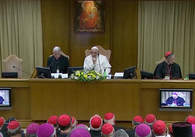البابا فرانسيس في الاجتماع حول أزمة الإساءة الجنسية العالمية في الفاتيكان