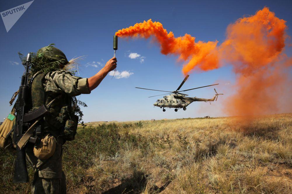 جندي يعطي إشارة لمروحية مي-8 خلال التدريبات التكتيكية في المنطقة العسكرية الجنوبية لروسيا في كيدان للتدريبات العسكرية برودبويمنطقة فولغوغراد