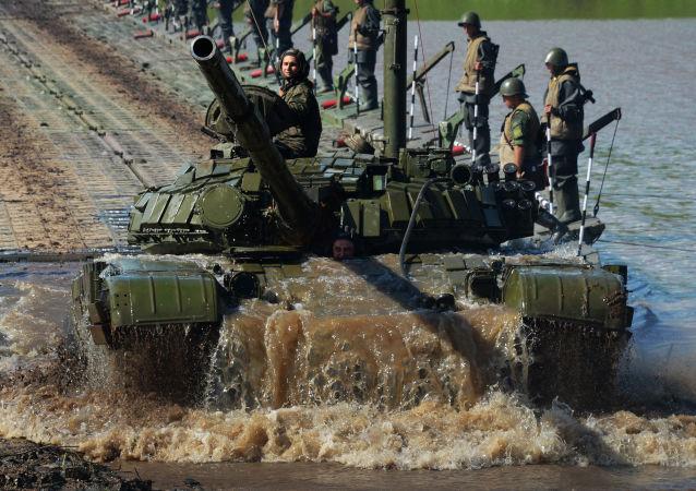 دبابة تي-72 تتغلب على عقبات مائية في التدريبات العسكرية في منطقة بريمورسكي الروسية، عام 2017