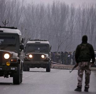 جنود هنود يقفون بالقرب من موقع الهجوم الانتحاري الذي وقع يوم الخميس في ليثبورورا