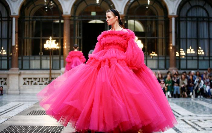 عارضات أزياء يقدمن مجموعة من تصميم مولي غوداراد (Molly Goddard) في إطار عرض أسبوع الموضة في لندن، لندن 16 فبراير/ شباط 2019
